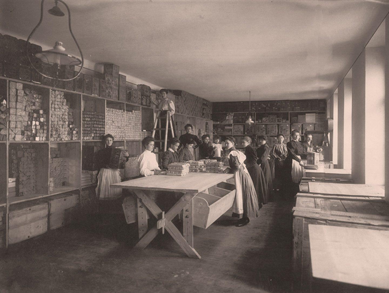 Fekete-fehér fénykép: Kotányi fűszerpaprikát csomagoló munkások 1881-ben