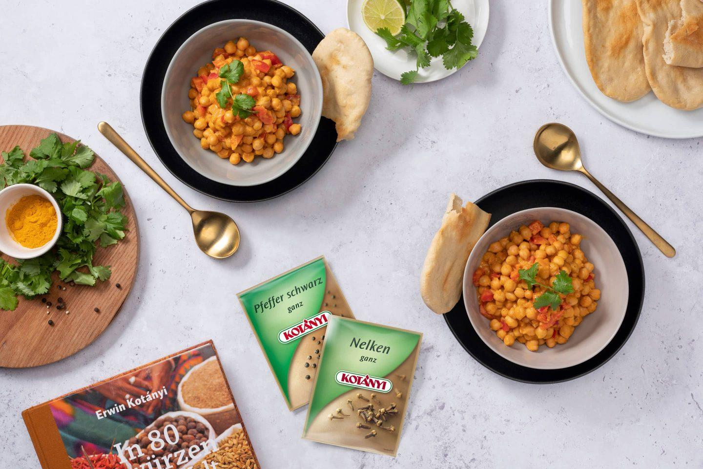 Csicseriborsós curry naan kenyérrel, feketeborsot és egész szegfűszeget tartalmazó tasakok mellett.